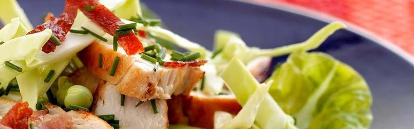 Caesar-salat med spidskål og sprød serrano