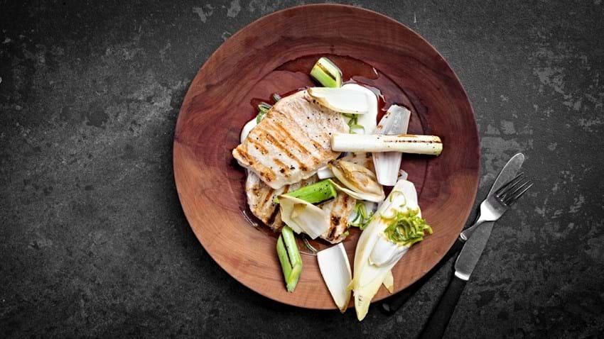 Grillet svinekotelet med grøntsager og sennepsdressing