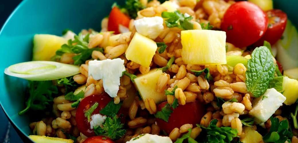 Frisk speltkernesalat med tomat, ananas, mynte og feta