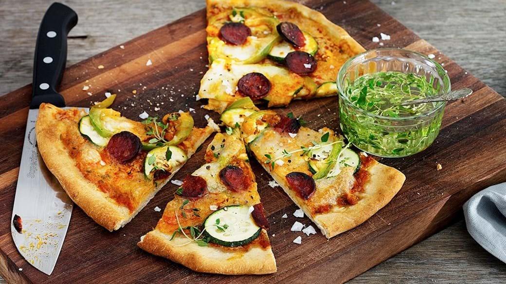 Fuldkornspizza med chorizo og grillede grøntsager
