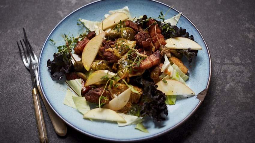 Gryderet med and og sprøde grøntsager
