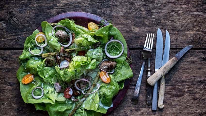 Sprød salat med kødboller og bacon