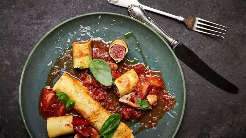 Canneloni med oksekød og tomatsovs