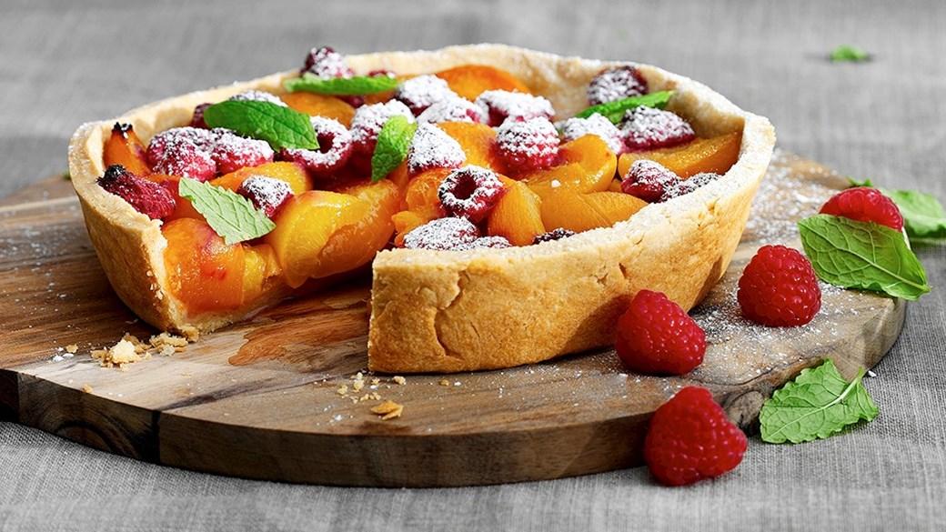Grilltærte med abrikos og hindbær med et hint af lakrids