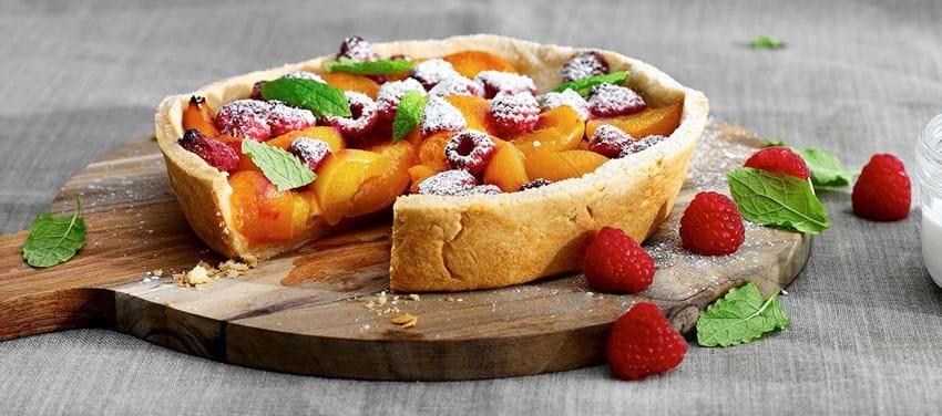 Grill tærte med abrikos og hindbær med et hint af lakrids