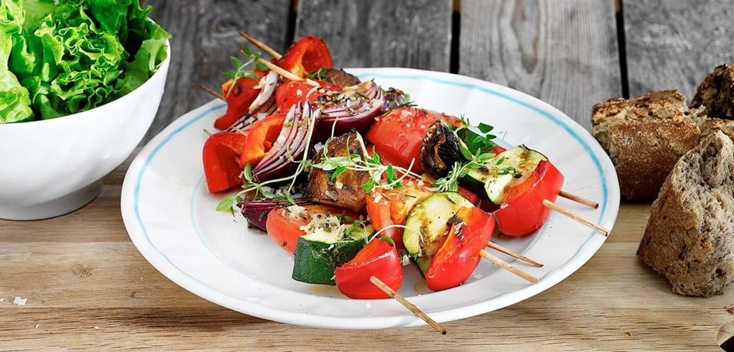 Grillede grøntsagssticks med portobello-svampe og tomater