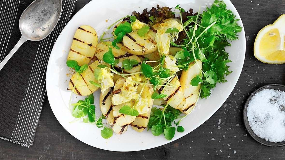 Grillede kartofler med karrysmør og brøndkarse