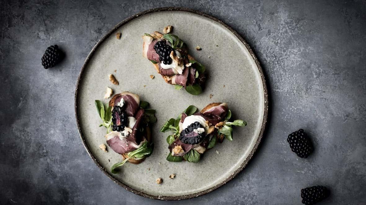 Sprød baguette med røget and og blå ostecreme