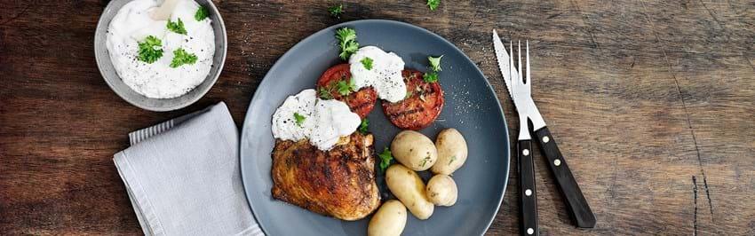 Grillede kyllingeoverlår med grill-tomater og tzatziki med valnødder