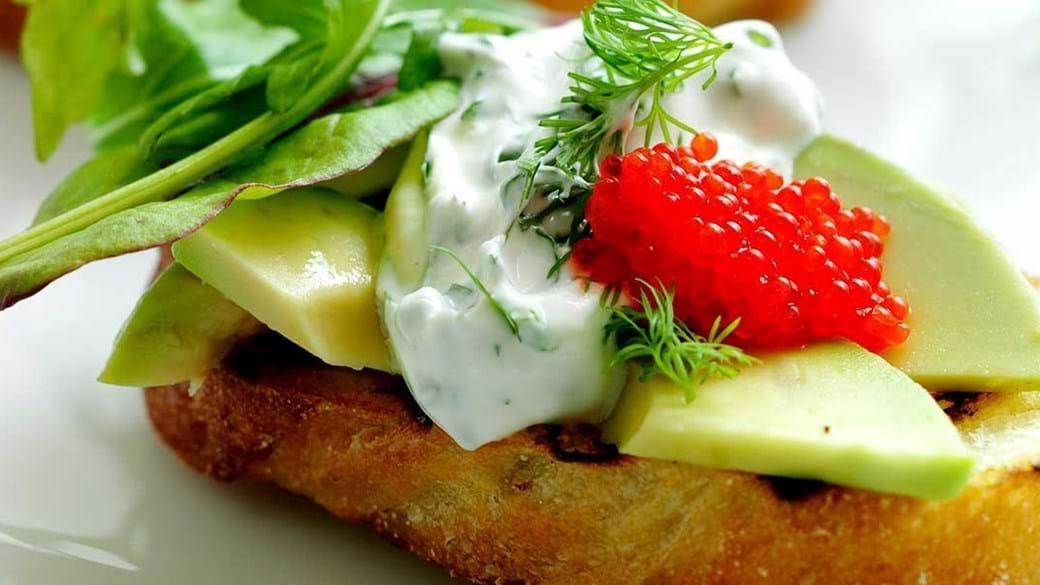 Grillet brød med avocado, krydderurtedressing og stenbiderrogn