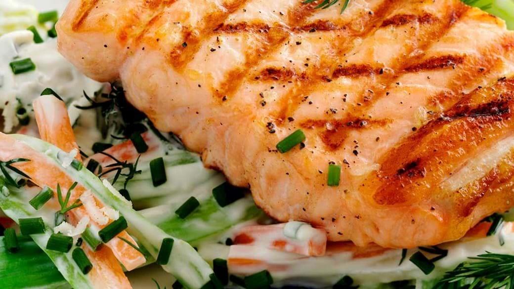 Grillet laks med grøntsager i peberrod