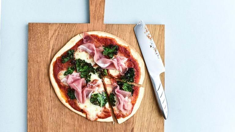 Pizza med grønkål og skinke
