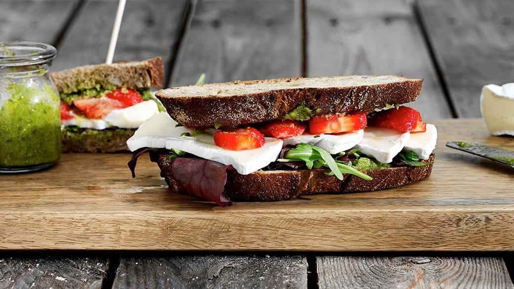 Grillet sandwich med brie, jordbær og rucola