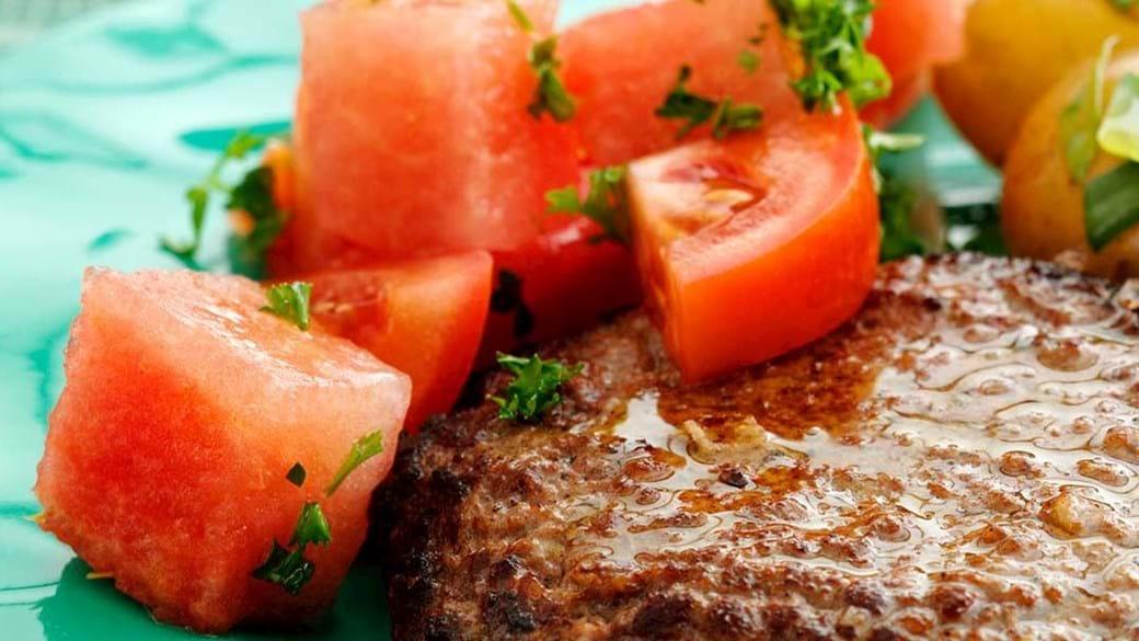 Hakkebøf med tomat-melon-salat