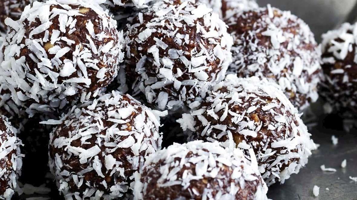 Havregrynskugler med dadler og chokolade