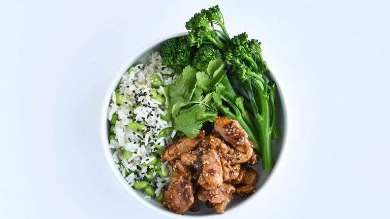 """Poké bowl"" med teriyaki-gris, ris og edamame"