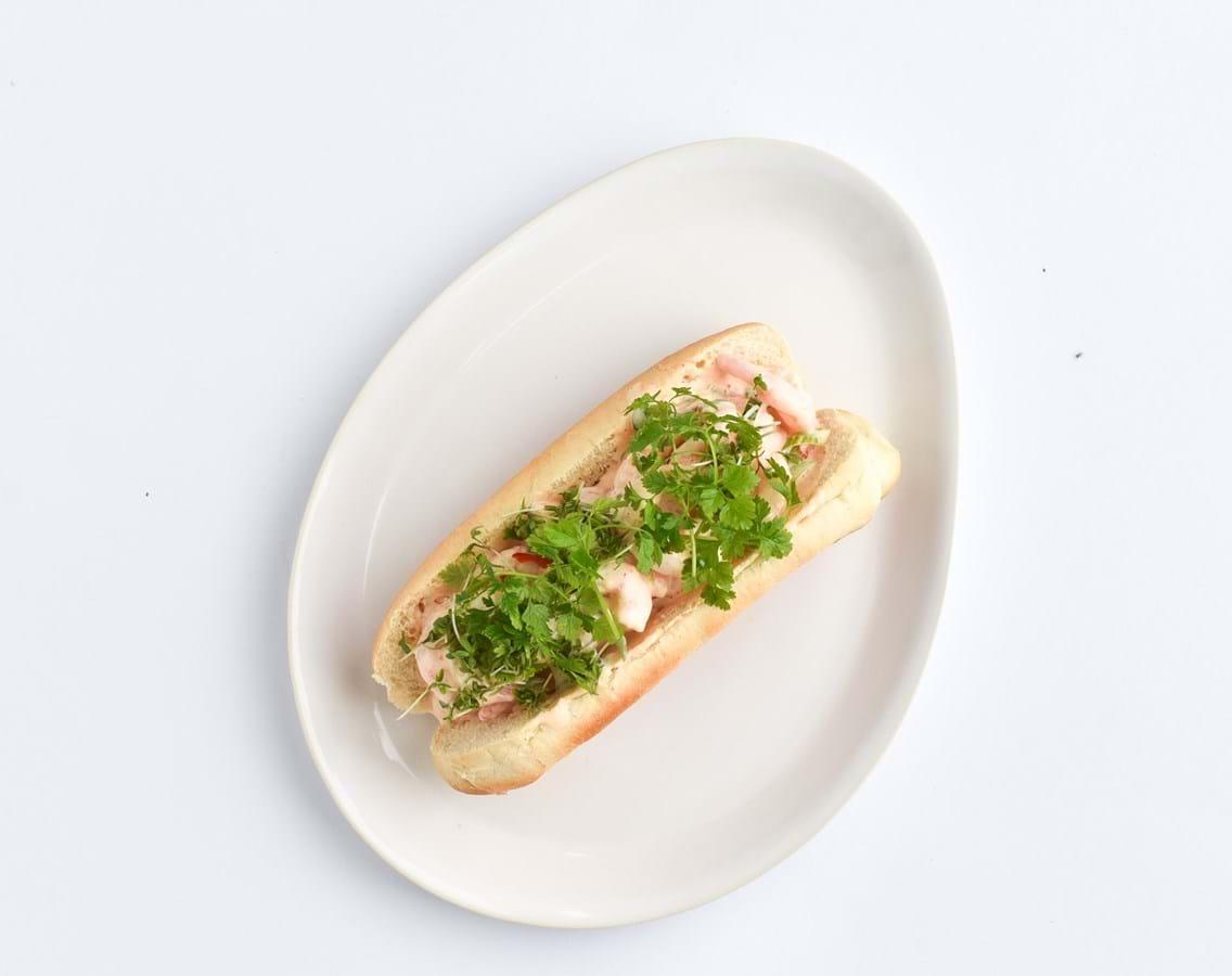Hotdog med spicy rejesalat