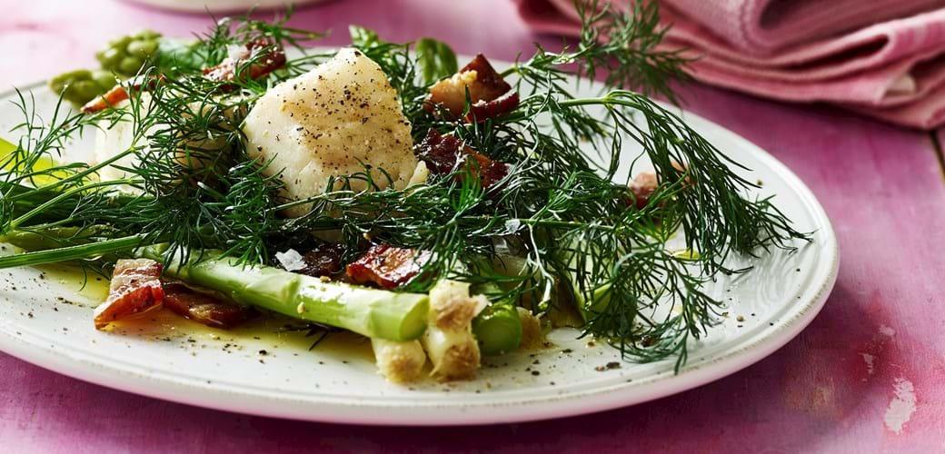 Torsk med dampede forårsløg og asparges, dild og bacon