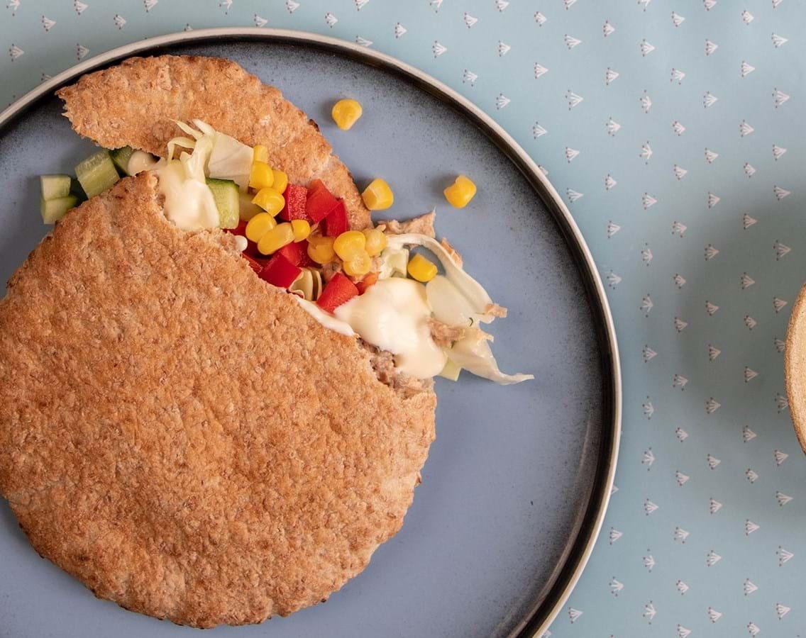 Pitabrød med tunsalat, sprøde grøntsager og citrondressing