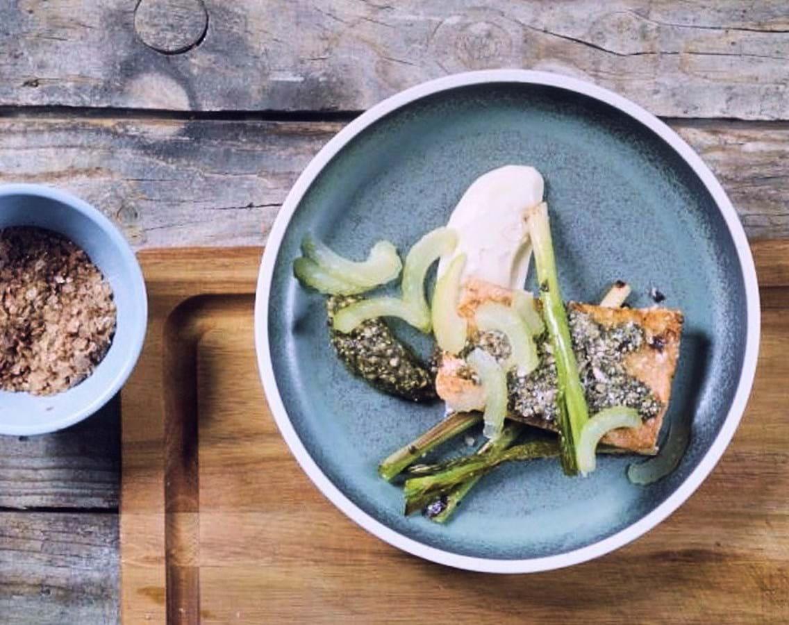 Pestomarineret laks med asparges og peberrodscreme