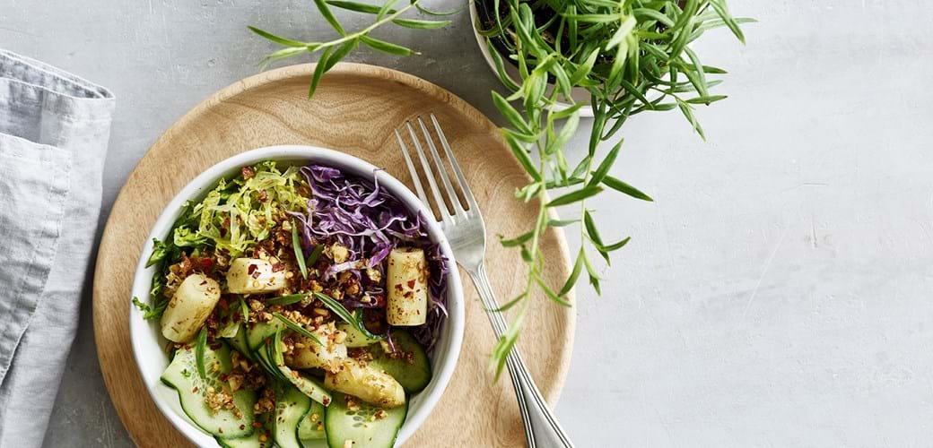 Salatbowle med smørstegte hvide asparges og mandler