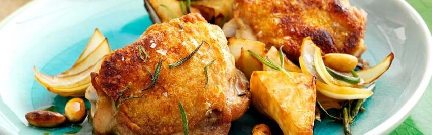 Kyllingeoverlår opskrift med stegte æbler og mandler - se her