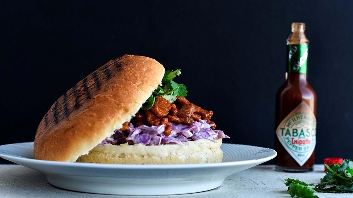 Barbequegris og coleslaw