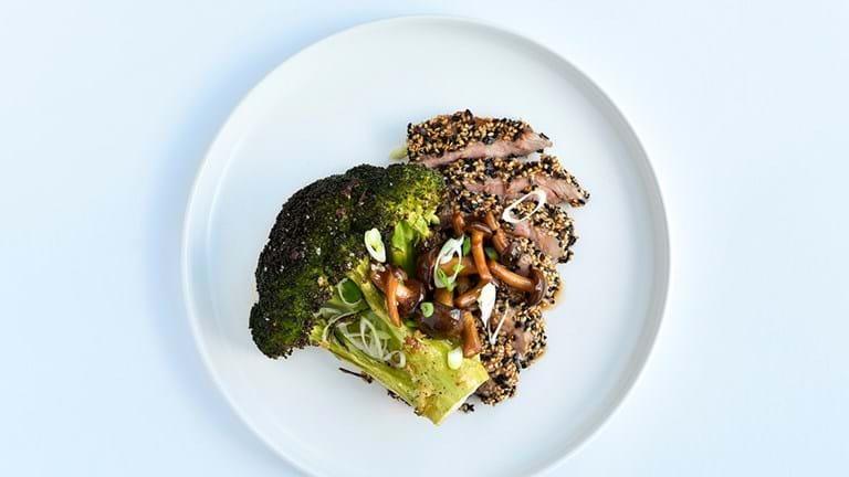 Sesampanerede koteletter med bagt broccoli og svampe