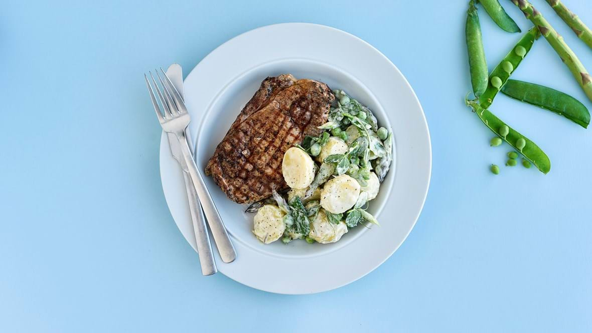 Grillede skaftkoteletter og sommerlig salat med citrondressing