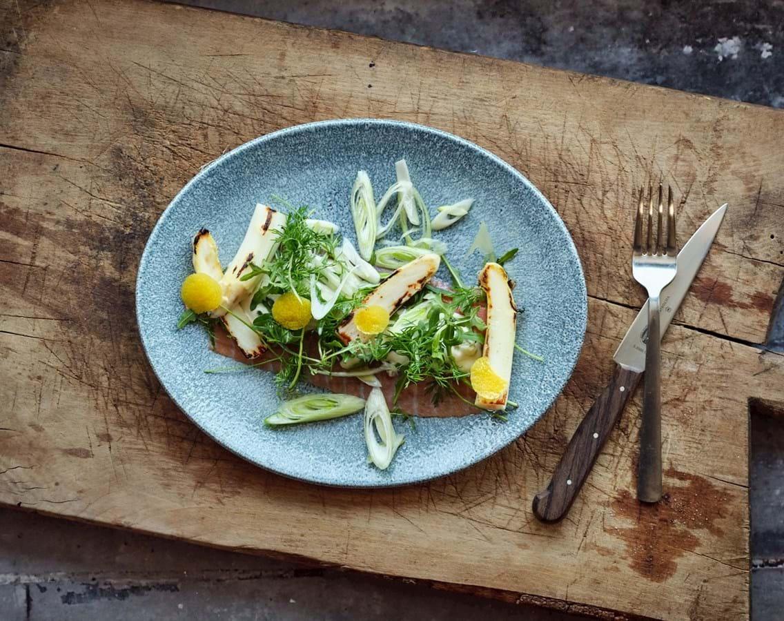 Røget laks med pandestegte grønne og hvide asparges