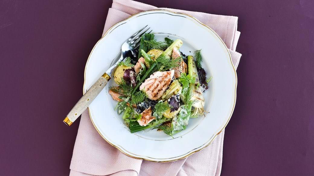 Sprød salat med grillede løg og laks