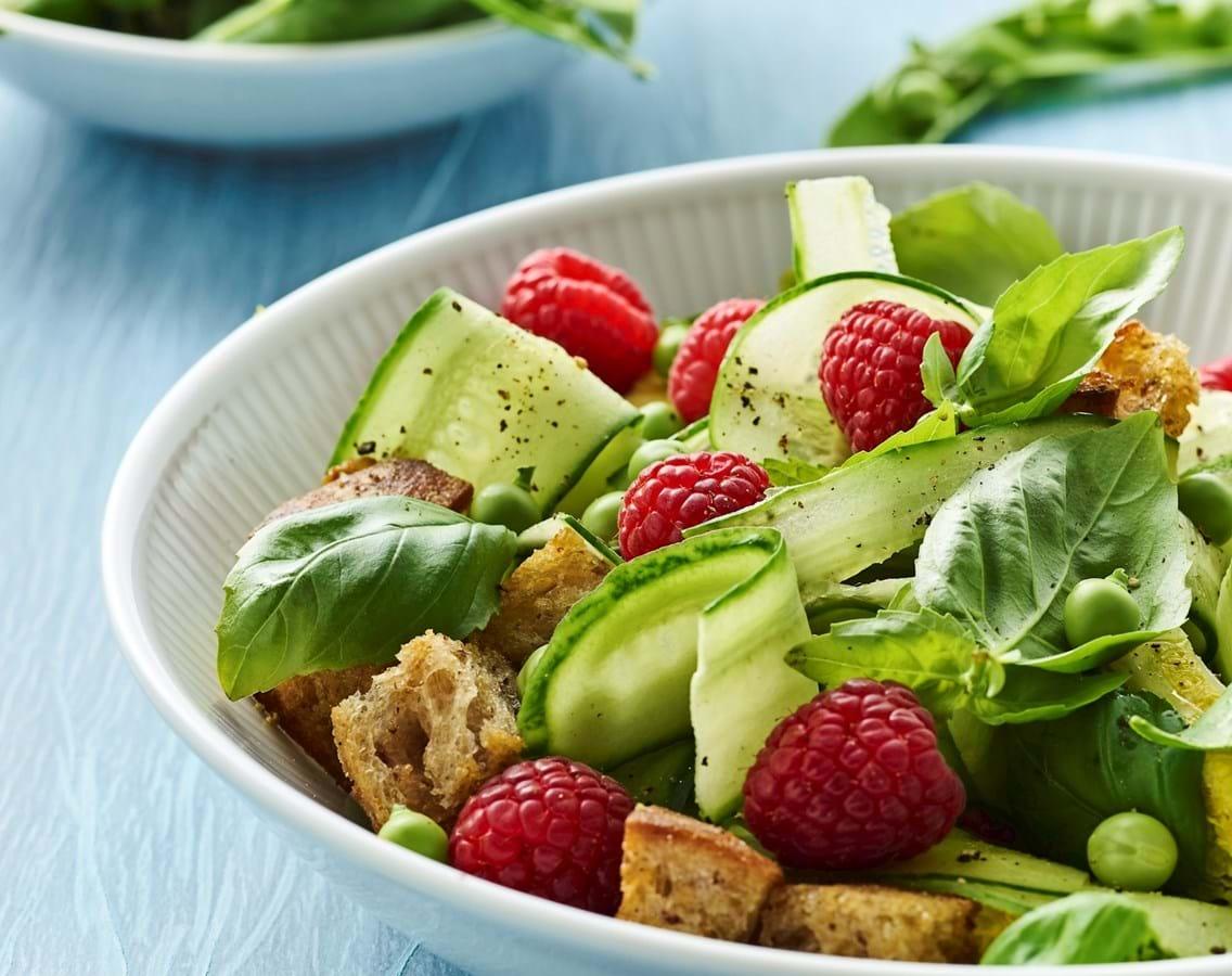 Sommersalat med ærter, hindbær og croutoner