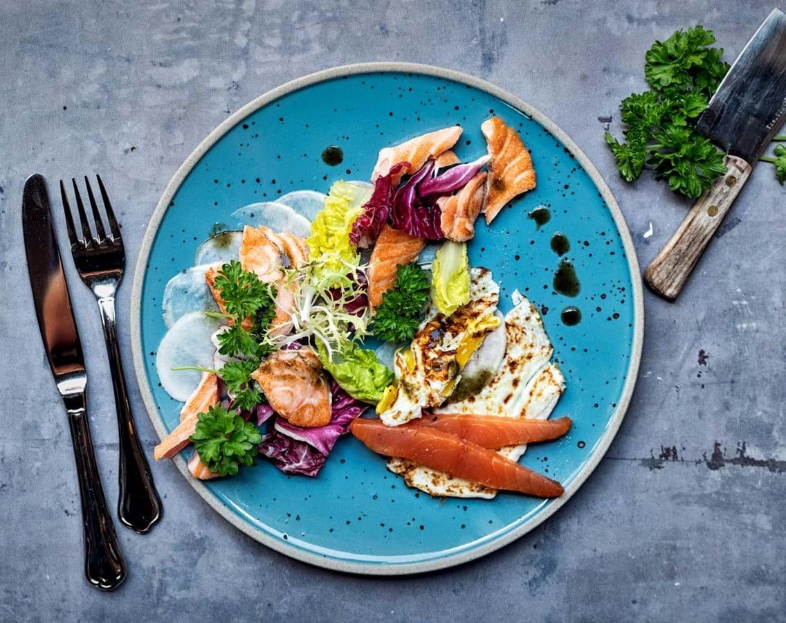 Sprød salat med laks