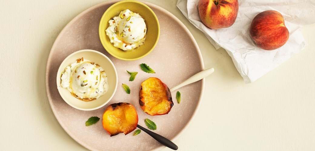 Bagte ferskner med hjemmelavet citron og honning
