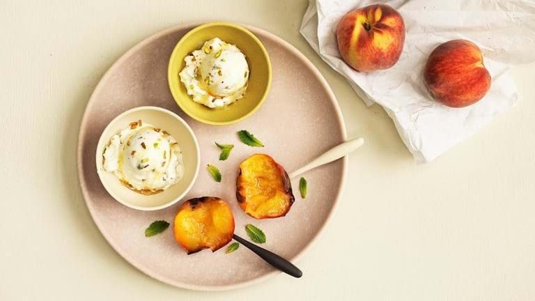 Bagte ferskner med hjemmelavet citron- og honningis