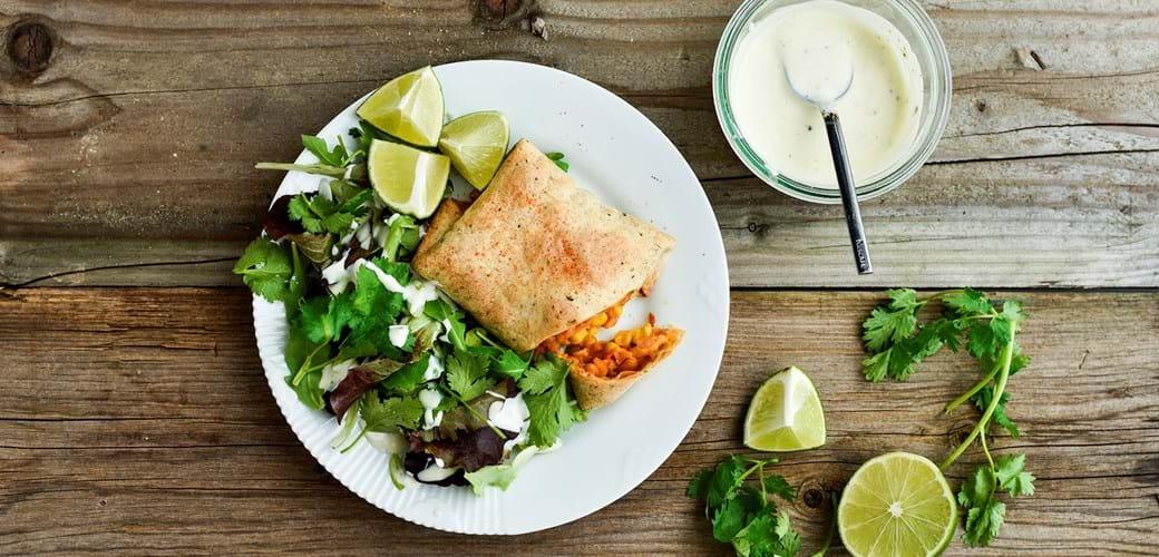 Burritos med bønneragout og hvidløgsfraiche