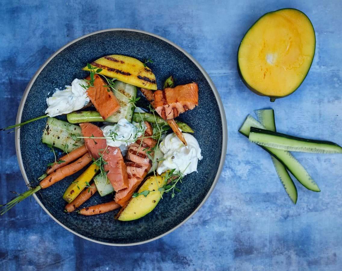 Grillet koldrøget laks med sprøde grøntsager