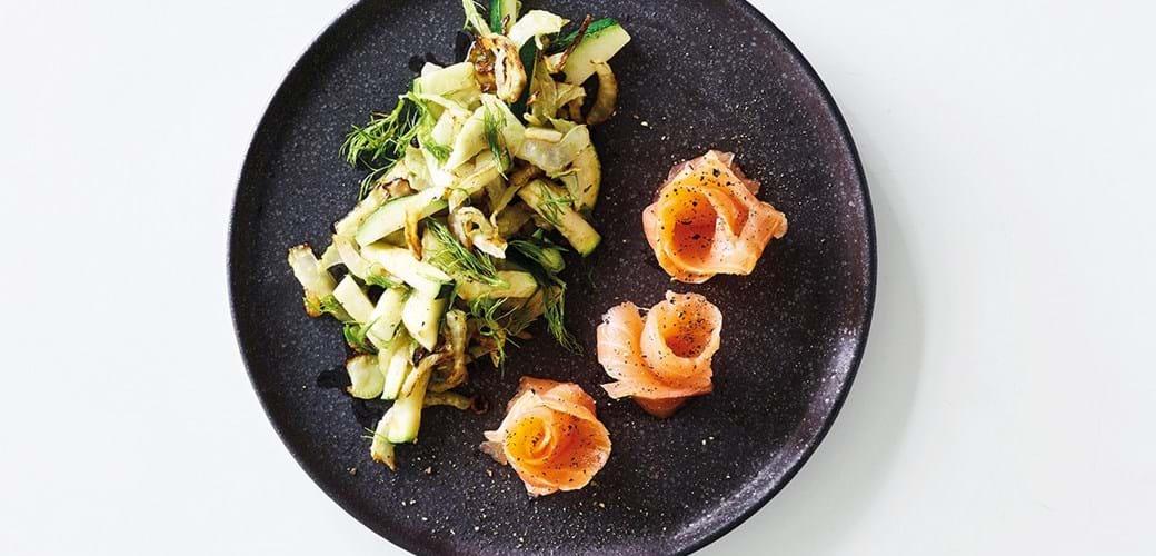 Røget laks med lun salat
