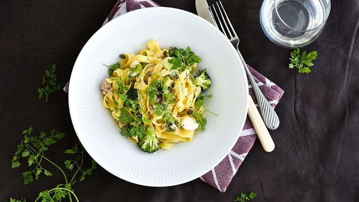 Pasta med broccoli,  tun og citronsauce