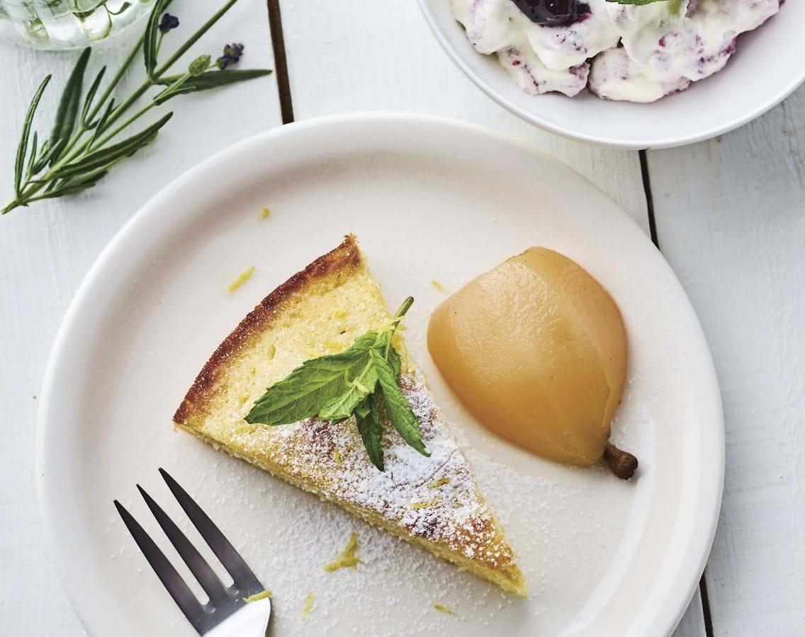 Marcipankage med solbærcreme og porcherede pærer