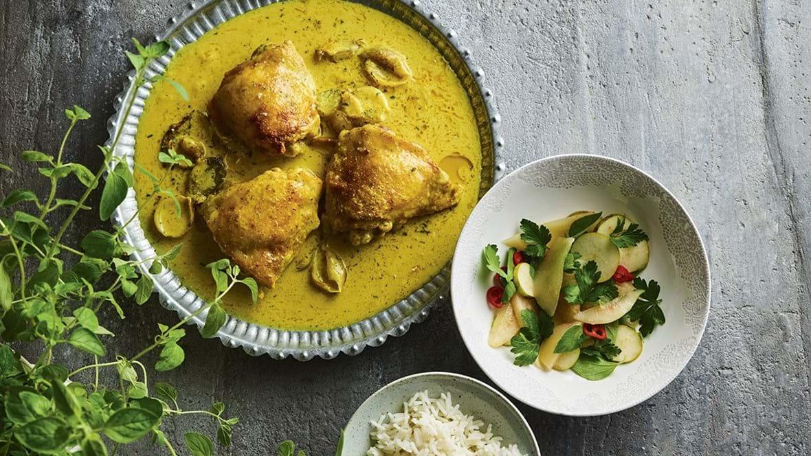 Kylling i kokoskarrysauce med pæresalat og ris