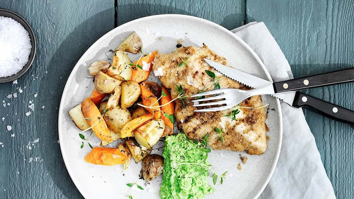 Parmesanpaneret kylling med hvidløgsgrønt og ærtemos