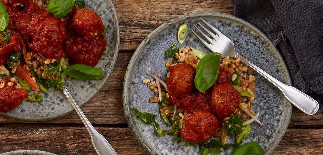 Klimavenlige boller i tomatsauce med lun speltsalat