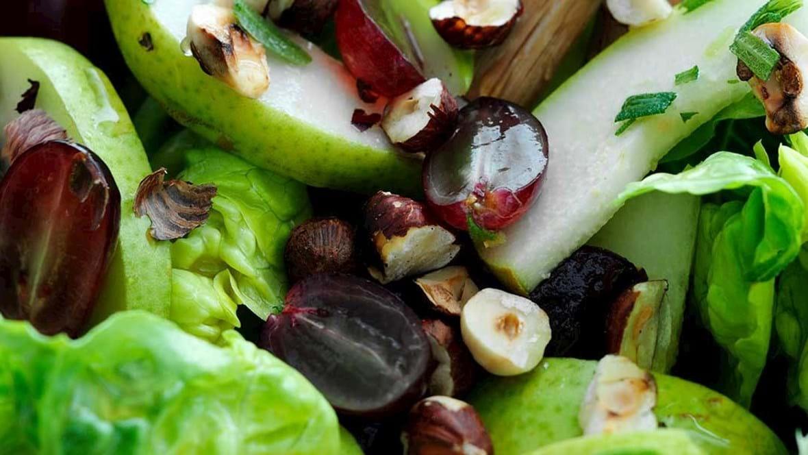 Pæresalat med druer og hasselnødder
