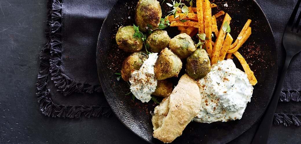 Rosenkål-nuggets med grønkåls-tzatziki og søde fritter