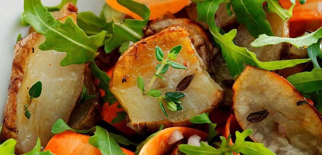 Salat af bagte jordskokker med tahin-dressing