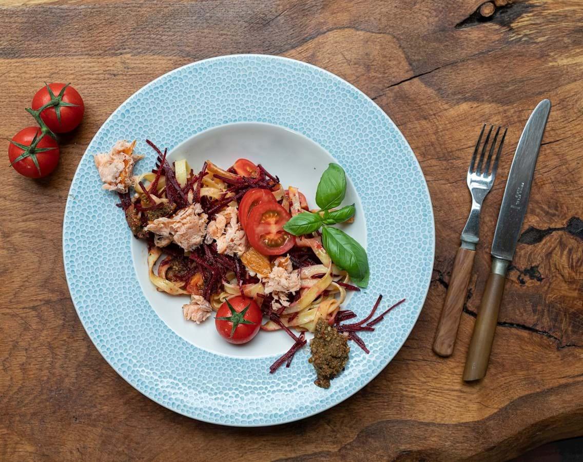 Frisk pasta med rødbede og pulled laks