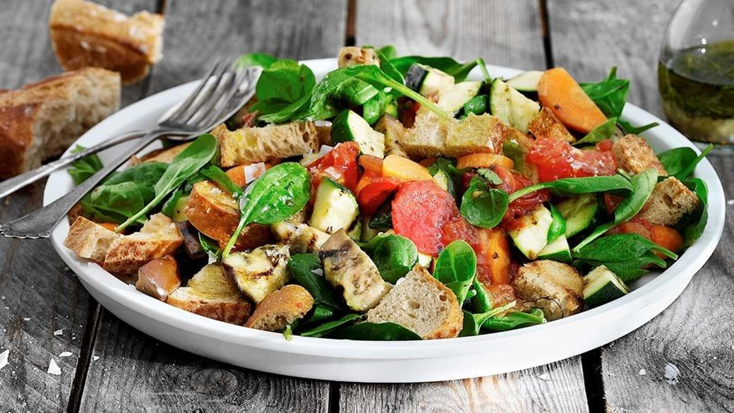 Salat med grillede tomater, auberginer, squash og brød