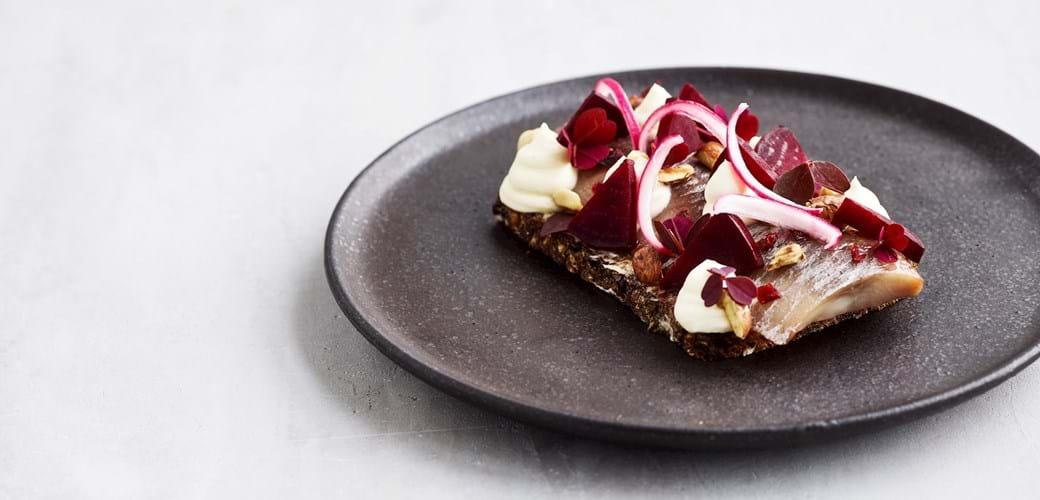 Sherrysild med rødbede, hasselnødder og rygeostcreme