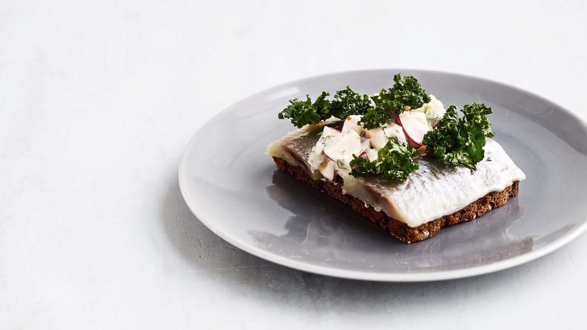 Marineret sild med frisk æblesalat og grønkålschips